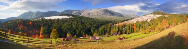 Autunno ed inverno nelle montagne Fotografie Stock
