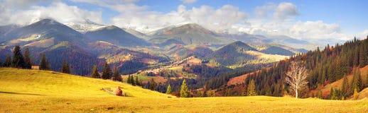 Autunno ed inverno nelle montagne Immagini Stock Libere da Diritti