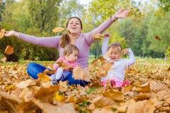 Autunno felice della famiglia all'aperto fotografie stock