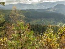 Autunno Foresta, montagne e villaggio Fotografia Stock Libera da Diritti