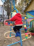 Autunno Il bambino scala le scale sulla via fotografie stock