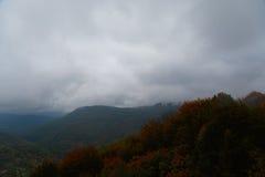 Autunno nebbioso e nuvoloso alto nelle montagne Immagini Stock