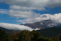 Autunno nebbioso e nuvoloso alto nelle montagne Fotografia Stock