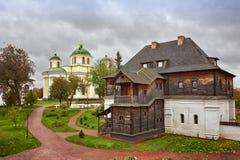 Autunno nel vecchio monastero Immagini Stock Libere da Diritti