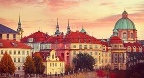 Autunno Praga della città della casa del tetto di tramonto vecchio Immagine Stock