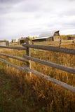 Autunno, rete fissa e vecchi fabbricati agricoli occidentali Immagini Stock