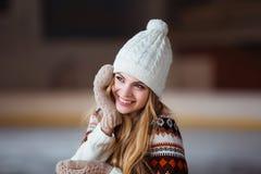 Autunno, ritratto di inverno: La giovane donna sorridente si è vestita in cardigan di lana caldo, guanti e cappello posanti fuori Fotografie Stock