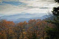 Autunno, strada panoramica blu del Ridge immagini stock libere da diritti