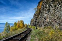 Autunno sulla ferrovia di Circum-Baikal, Siberia orientale, Russia fotografia stock