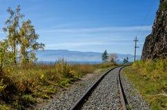 Autunno sulla ferrovia di Circum-Baikal, Siberia orientale, Russia fotografia stock libera da diritti
