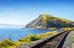 Autunno sulla ferrovia di Circum-Baikal, Siberia orientale, Russia immagini stock libere da diritti