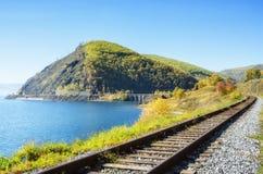 Autunno sulla ferrovia di Circum-Baikal, Siberia orientale, Russia fotografie stock libere da diritti