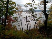 Autunno Vista della baia dall'alta riva fotografia stock libera da diritti