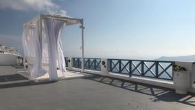Auvent de flottement dans la station de vacances de Santorini banque de vidéos