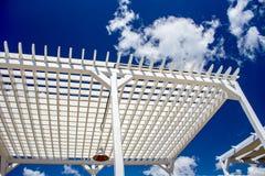 Auvent en bois de plage Lumière normale sunbathe niveaux en bois contre le ciel photographie stock