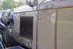 Auvents de capot sur la voiture américaine classique photo libre de droits