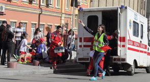 Auxílio médico na maratona Fotos de Stock Royalty Free