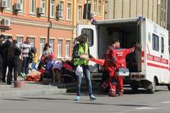Auxílio médico na maratona Foto de Stock