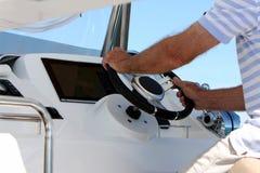 Aux contrôles d'un yacht de catamaran de puissance photo libre de droits