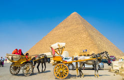 Aux pyramides avec le confort Photos stock