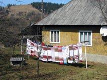 Aux serviettes brodées lavées sèches de maison de village images libres de droits