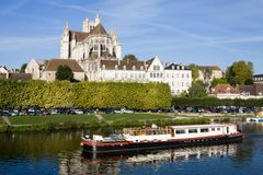 Auxerre-Stadtbild im Sommer an einem sonnigen Tag Stockbild
