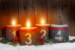 3 Avènement, bougies rougeoyantes avec des nombres Image libre de droits