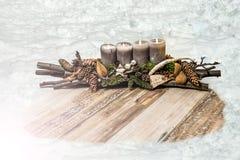 Avènement de bougie de décoration de Joyeux Noël 4ème de neige de trou des textes en bois gris de plat Photos stock