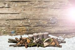 Avènement de décoration de Joyeux Noël 3ème brûlant la chute de neige grise Blurred de bougie Photo stock