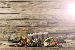 Avènement de décoration de Joyeux Noël le 2ème brûlant la bougie grise a brouillé le Ba Photos libres de droits