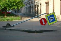 Avéré du pilier d'asphalte avec des panneaux routiers photos libres de droits