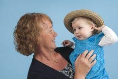 Avó com a neta, isolada no azul Fotos de Stock