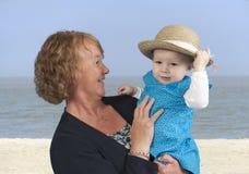 Avó com neta, na praia Foto de Stock