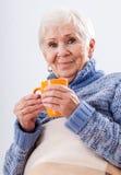 Avó com o copo do chá Fotografia de Stock Royalty Free