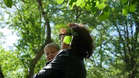 A avó da criança é descansar, jogando no parque O ar livre Feriado da família no parque video estoque