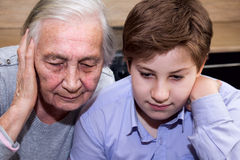 A avó do neto ensina a alfabetização informática Foto de Stock