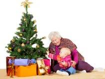 Avó e bebê com árvore de Natal Foto de Stock Royalty Free