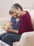 Avó e menina com presente Imagens de Stock