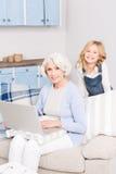 Avó e menina que usa o portátil imagem de stock royalty free
