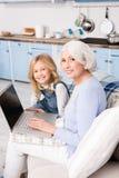 Avó e menina que usa o portátil fotografia de stock royalty free