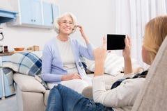 Avó e neta que fazem fotos imagens de stock royalty free