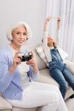 Avó e neta que fazem fotos imagem de stock