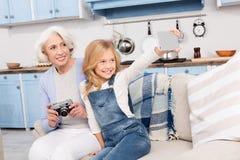 Avó e neta que fazem fotos foto de stock