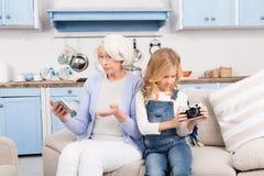 Avó e neta que fazem fotos fotografia de stock royalty free