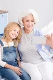 Avó e neta que fazem fotos do selfie imagem de stock royalty free