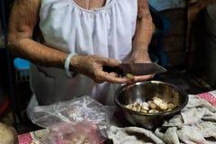 A avó está cozinhando o jantar fotos de stock royalty free