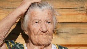 A avó está denominando seu cabelo video estoque