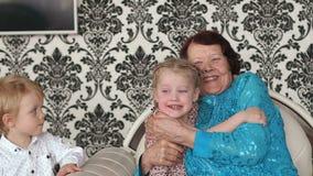 A avó feliz abraça sua neta pequena video estoque