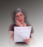 A avó feliz leu a letra de amor do pastel da criança Imagem de Stock Royalty Free