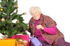 Avó feliz que prepara-se para o Natal Imagem de Stock